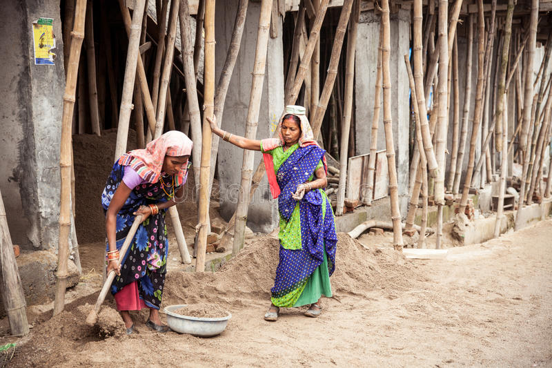 Indiska kvinnor som arbetar på konstruktionen arkivfoton