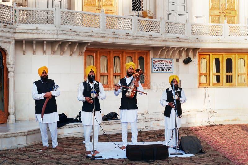 Indiska musiker som spelar lokalinstrument i guld- tempel i Amritsar india royaltyfri fotografi