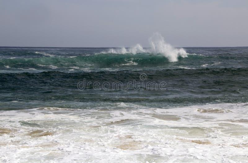 Indiska oceanen vinkar av den Yallingup stranden royaltyfri fotografi