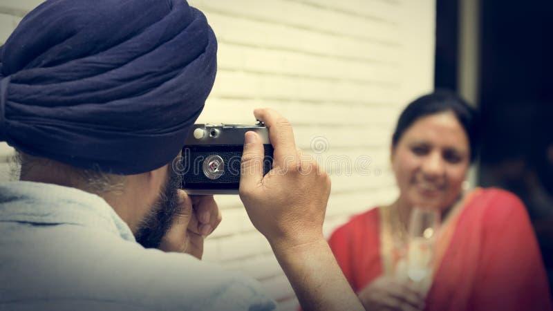 Indiska par som tar bildbegrepp arkivbild