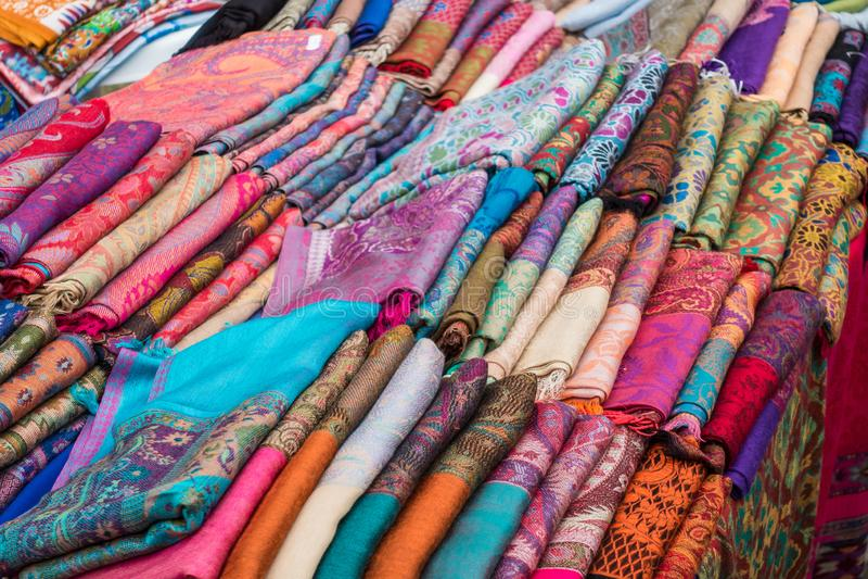 Indiska scarves, stolor på räknaren av lagret fotografering för bildbyråer