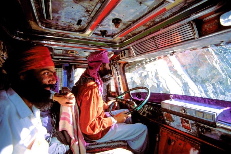Indiska sikh- chaufförer inom en lokal lastbil i Indien royaltyfri bild