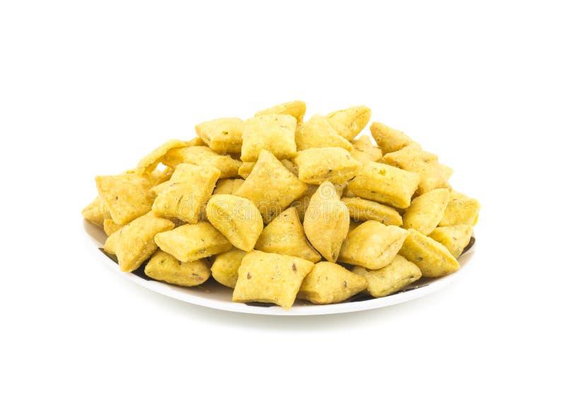 Indiska tea Time Spicy Methi Para Snack på vit bakgrund arkivfoto