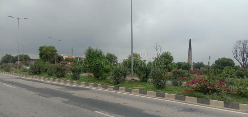 Indiska vägar med några träd fotografering för bildbyråer