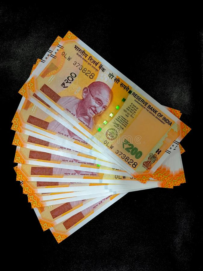 Indiska valutapengar i svart bakgrund royaltyfri foto