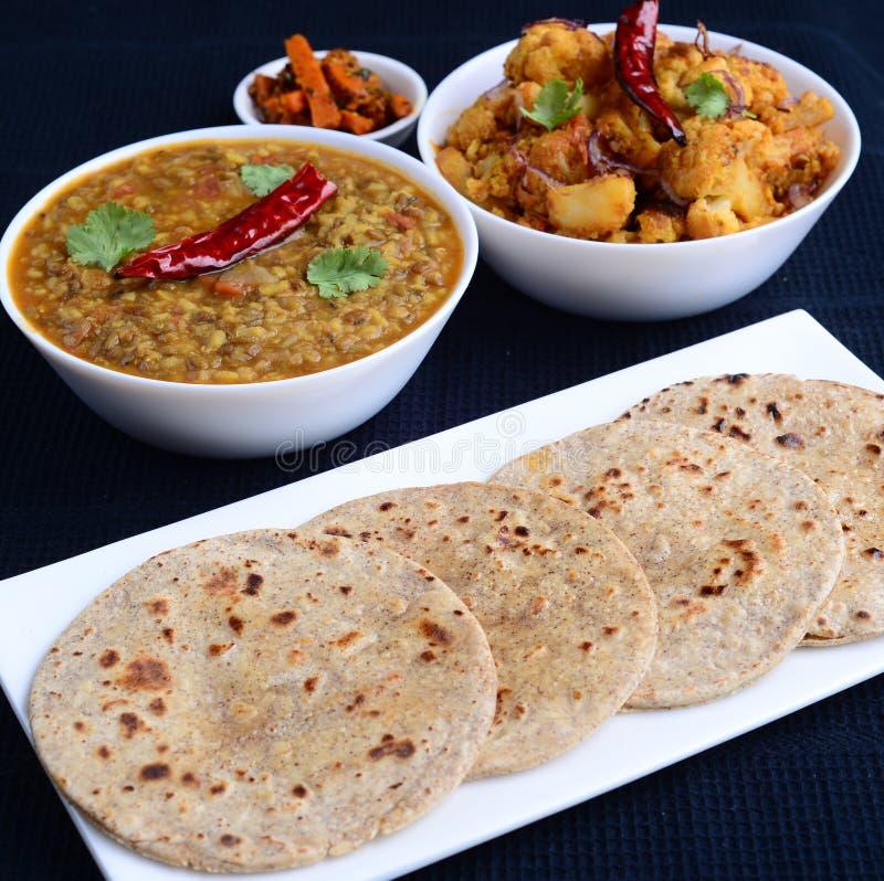 Indiska vegetariancurry och lägenhetbröd Roti arkivbild