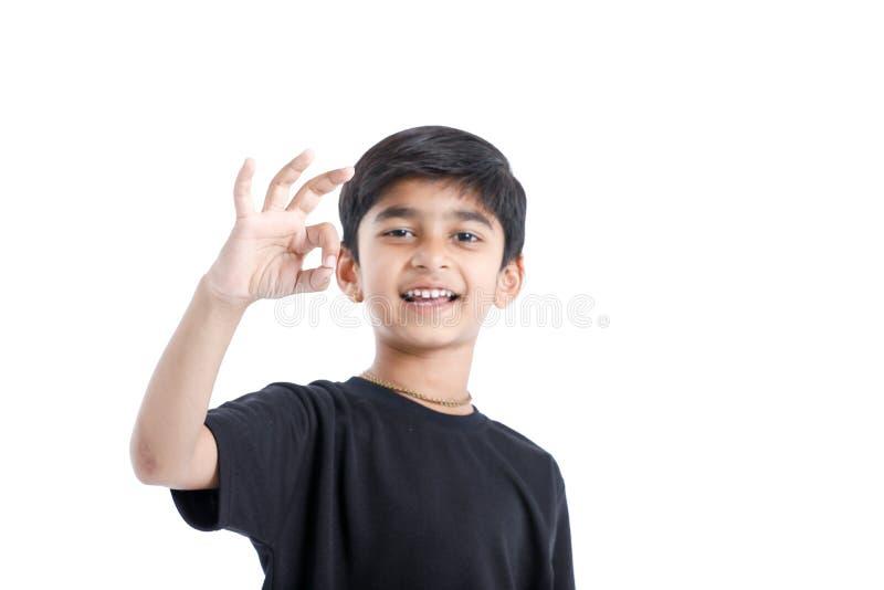 Indiskt barn som visar trevlig gest med handen royaltyfri bild