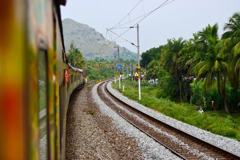 Indiskt elektriskt drev med det tomma järnvägmaterielfotografiet arkivbilder