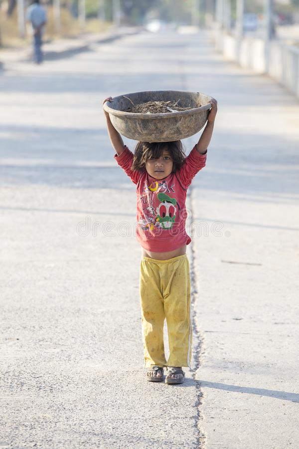 Indiskt fattigt barn på gatan Mandu Indien Armod är en ha som huvudämne utfärdar i Indien fotografering för bildbyråer