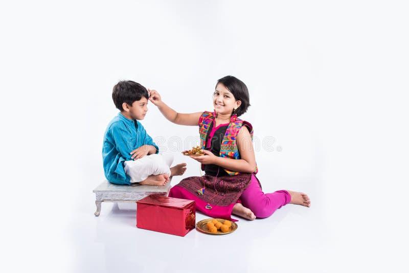 Indiskt fira för syskongrupp som är rakshabandhan, eller rakhifestival royaltyfri bild
