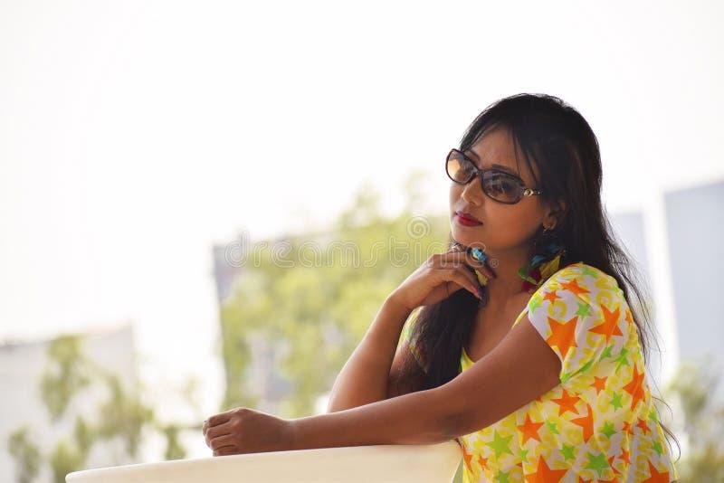 Indiskt flickasammanträde i ett fundersamt poserar, Pune royaltyfri fotografi