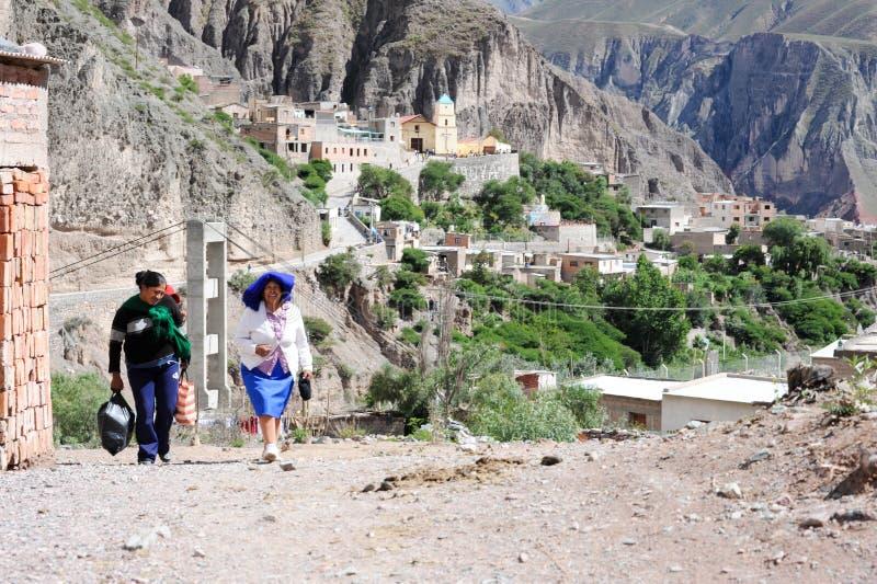 Indiskt folk på gatorna av iruyaen på Argentina Anderna arkivbild