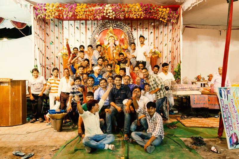Indiskt folk som tycker om den Ganpati festivalen royaltyfri foto