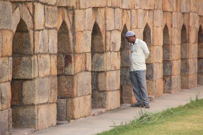 Indiskt mananseende vid väggen på mausoleet av Ghiyath al-buller T royaltyfria foton