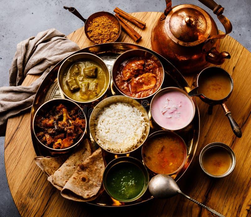 Indiskt matThali Indier-stil mål med fegt kött och Masala te Chai royaltyfri foto