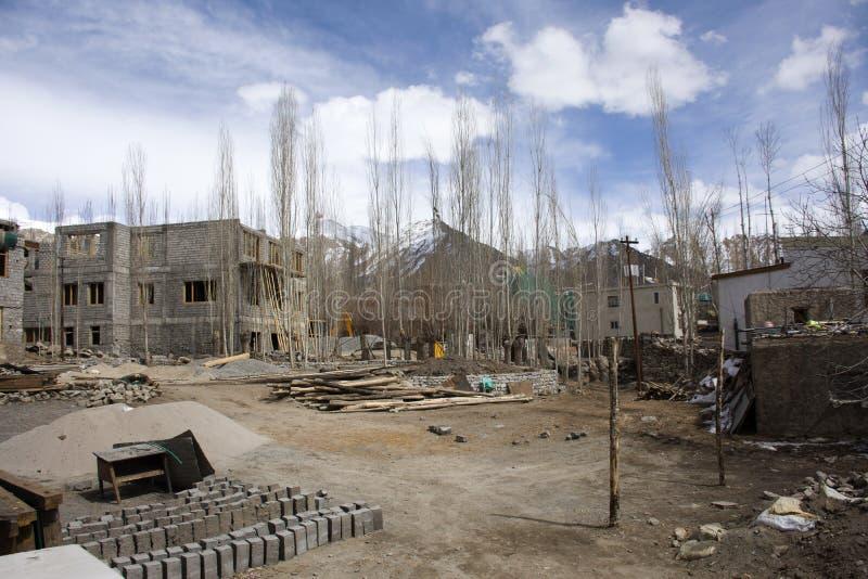 Indiskt och tibetant funktionsdugligt byggmästarenybyggehus på konstruktionsplatsen på den Leh Ladakh byn i Jammu and Kashmir, In arkivbilder