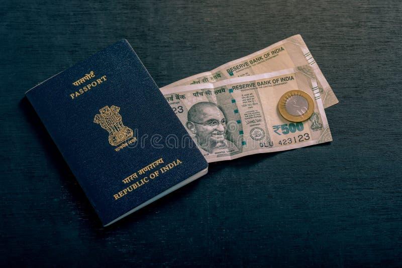 Indiskt pass med indisk valuta royaltyfria foton