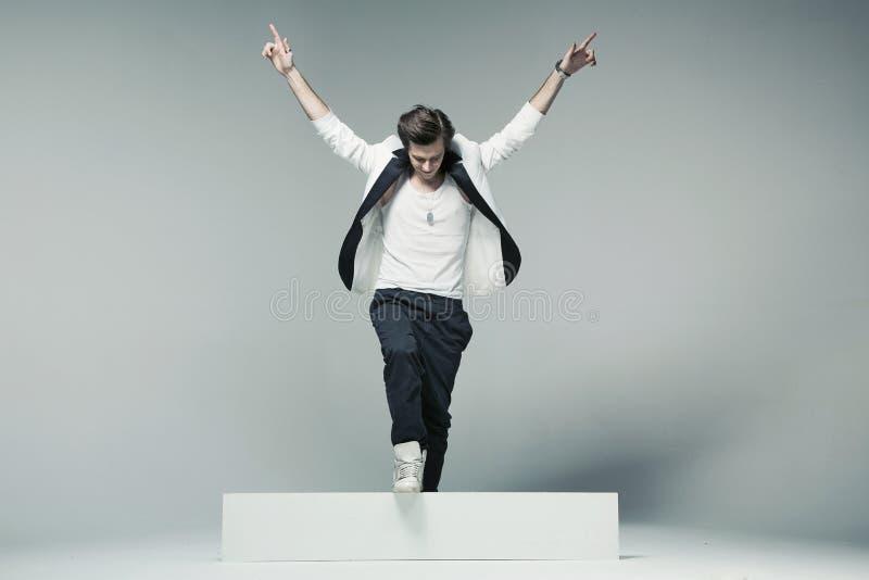 Homem à moda e considerável na pose do triunfo foto de stock royalty free