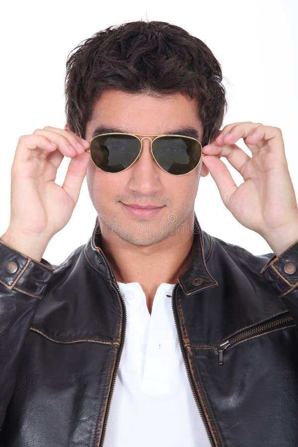 Indivíduo adolescente com óculos de sol imagem de stock royalty free
