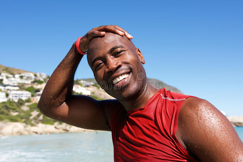 Indivíduo africano afro alegre na praia após a nadada imagens de stock royalty free