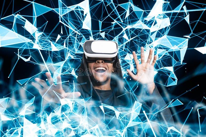 Indivíduo africano de sorriso em vidros de VR, polígono azuis imagem de stock