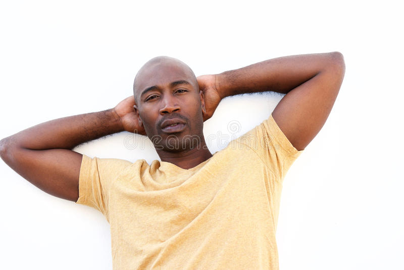 Indivíduo africano relaxado que está contra o fundo branco imagens de stock