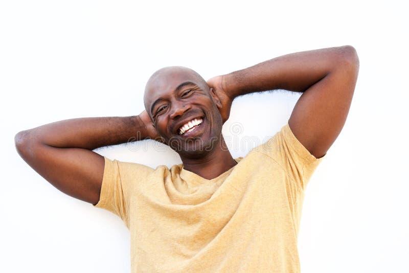 Indivíduo africano relaxado que sorri com suas mãos atrás da cabeça imagens de stock royalty free