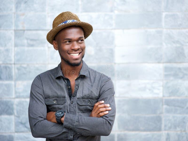 Indivíduo afro-americano feliz que sorri com os braços cruzados fotos de stock
