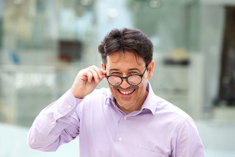 Indivíduo alegre com os vidros que estão fora foto de stock royalty free