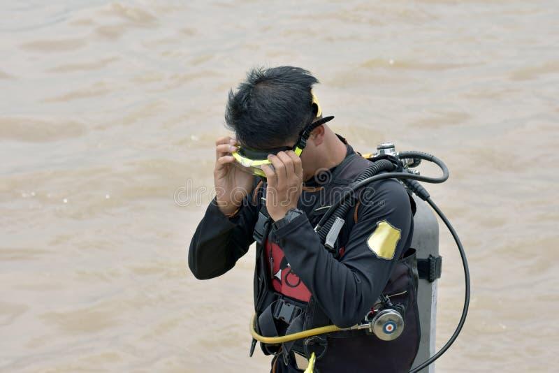 Indivíduo asiático está em uma série do mergulho E prepare antes de ir para baixo fotografia de stock