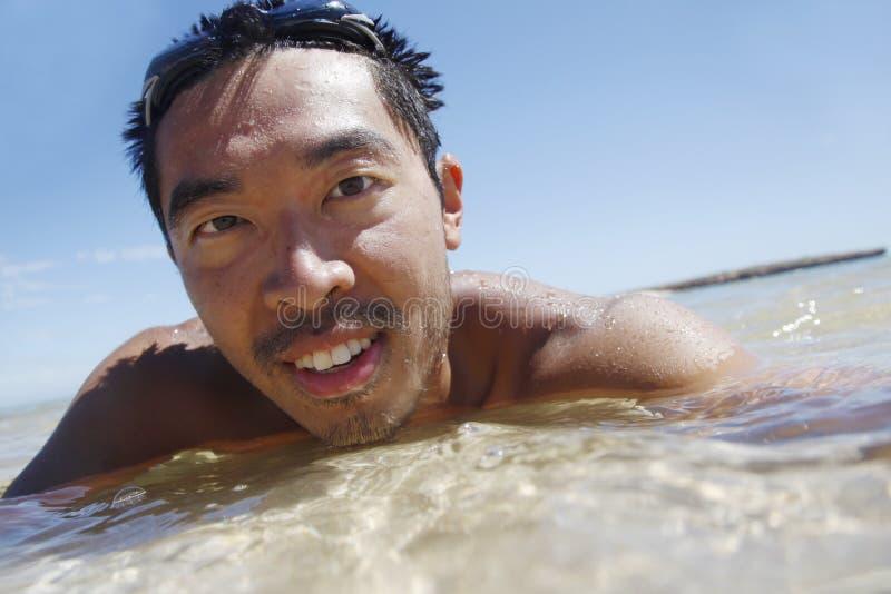 Indivíduo asiático nadador