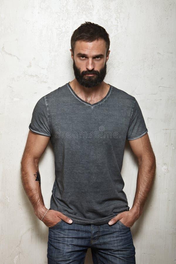 Indivíduo brutal farpado que veste o t-shirt cinzento vazio fotografia de stock royalty free