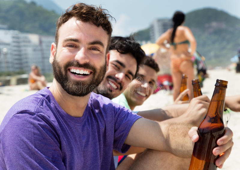 Indivíduo caucasiano no partido na praia fotos de stock royalty free