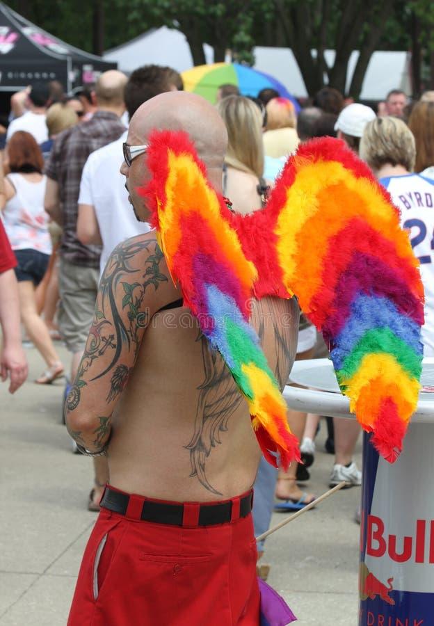 Indivíduo com arco-íris Angel Wings no orgulho de Indy fotos de stock