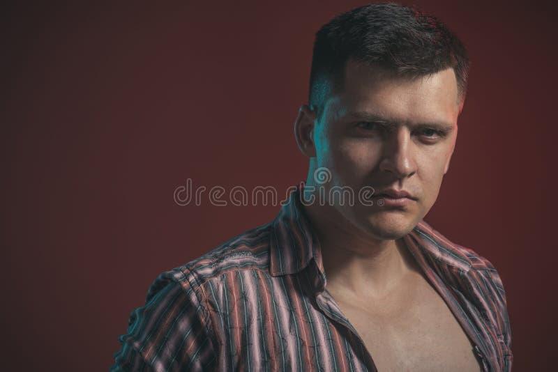 Indivíduo com olhar sério da cara Homem considerável com cabelo à moda Macho 'sexy' no estilo e na forma aptos da caixa da mostra imagens de stock royalty free