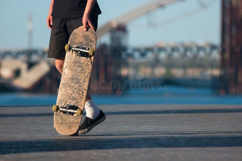 Indivíduo com skate fotografia de stock