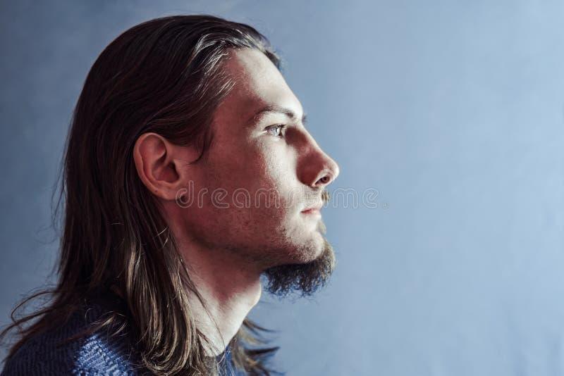 Indivíduo com uma barba longa no perfil imagens de stock