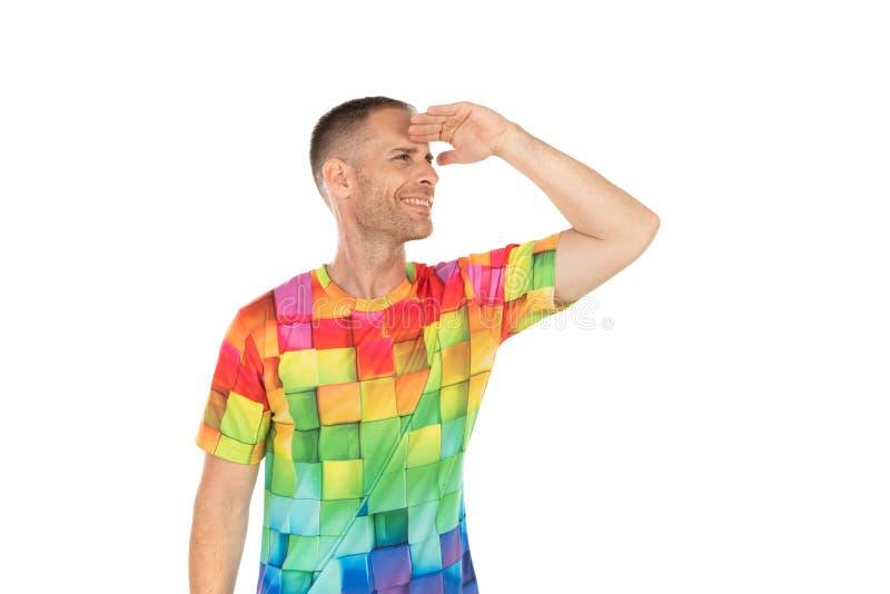 Indivíduo considerável com o tshirt colorido que olha algo foto de stock