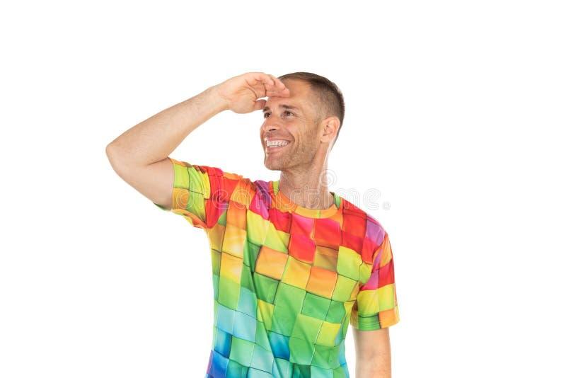 Indivíduo considerável com o tshirt colorido que olha algo fotografia de stock