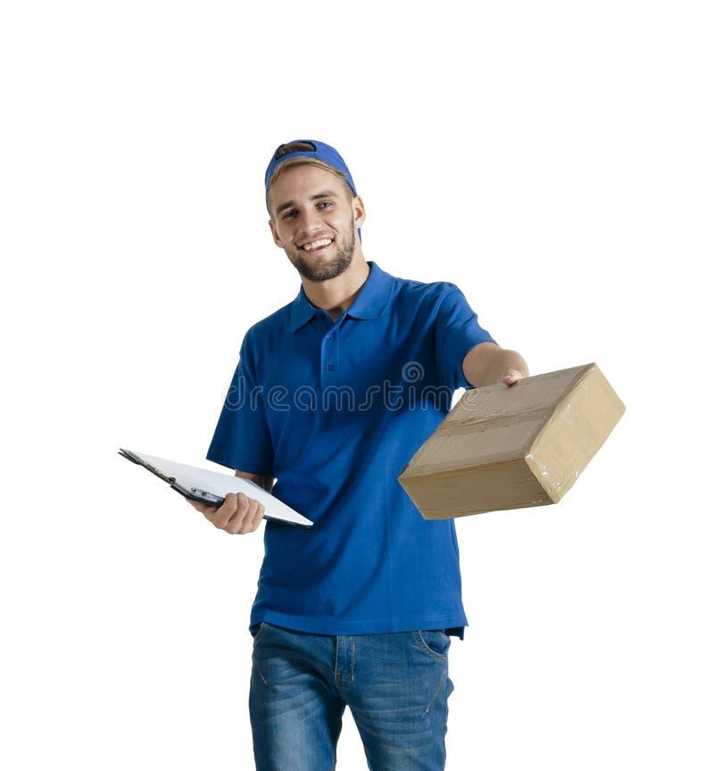 Indivíduo considerável novo do correio que faz a entrega do pacote fotografia de stock