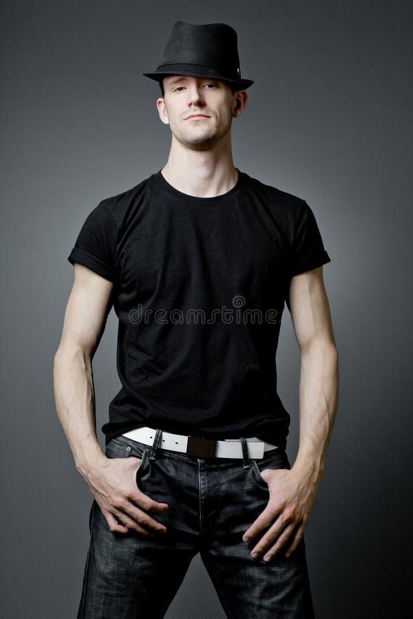 Indivíduo considerável que levanta no t-shirt preto. fotos de stock royalty free