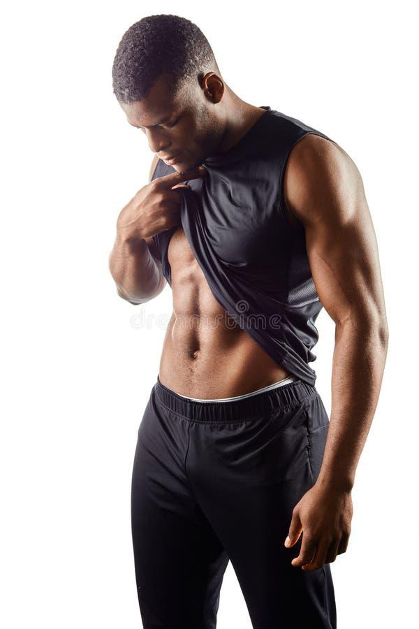 Indivíduo considerável que olha o estômago liso após o treinamento da aptidão fotos de stock