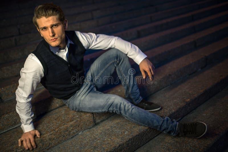 Indivíduo considerável que senta-se em escadas imagem de stock