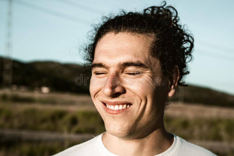 Indivíduo considerável que sorri com cabelo e as ondas longos imagem de stock royalty free