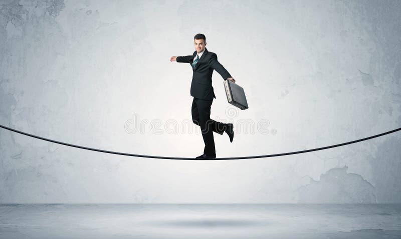Indivíduo das vendas que equilibra na corda apertada fotos de stock royalty free
