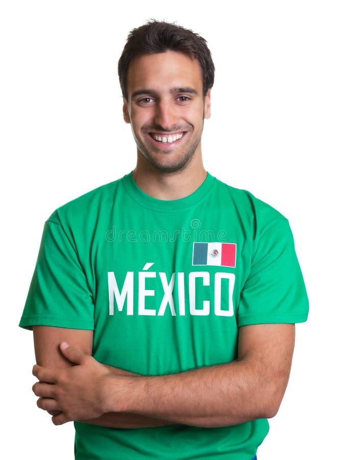 Indivíduo de riso em um jérsei mexicano com braços cruzados foto de stock