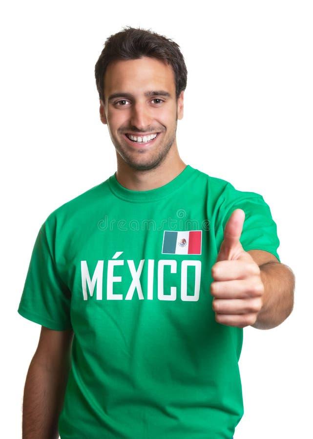 Indivíduo de riso em um jérsei mexicano que mostra o polegar acima fotos de stock