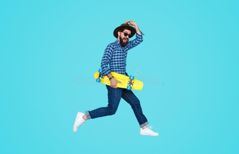 Indivíduo de salto do moderno com placa amarela fotos de stock