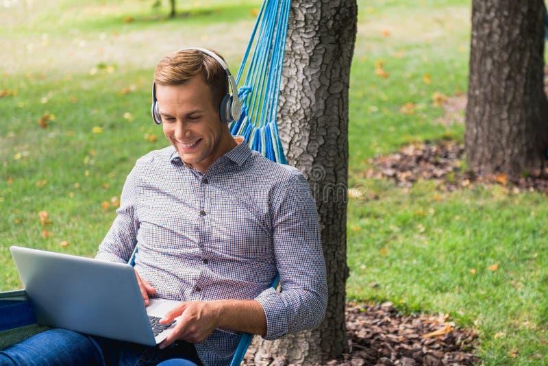 Indivíduo de sorriso que relaxa no parque imagens de stock royalty free