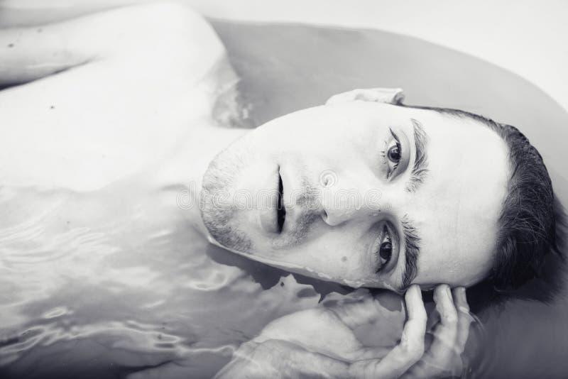 Indivíduo despido tanned sexual novo no banho foto de stock